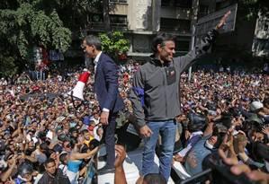 Juan Guaidó e Leopoldo López falam à multidão durante a tentativa de levante contra Maduro em Caracas Foto: CRISTIAN HERNANDEZ / AFP/30-4-2019