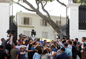 Leopoldo López fala a jornalistas na frente da embaixada da Espanha em Caracas, na Venezuela Foto: Carlos Garcia Rawlins / REUTERS