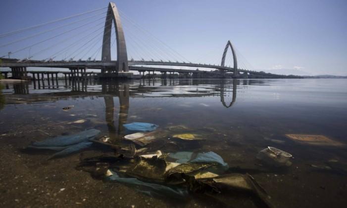 Poluição na Baía de Guanabara: lixo na Ilha do Fundão Foto: Márcia Foletto / Agência O Globo