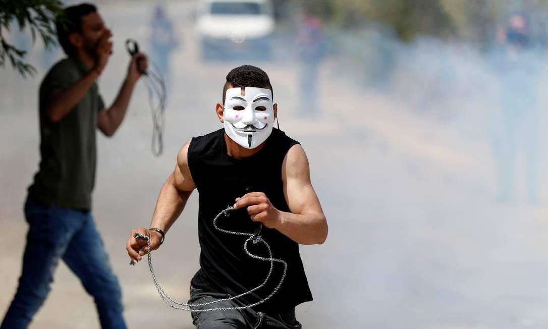 Um manifestante palestino é executado durante confrontos com tropas israelenses em um protesto contra assentamentos judaicos perto de Ramallah, na Cisjordânia ocupada por Israel Foto: MOHAMAD TOROKMAN / REUTERS