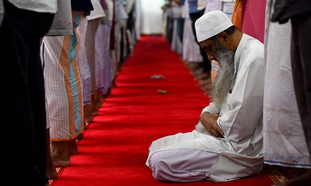 Homens muçulmanos do Sri Lanka rezam na mesquita de Maligawatta Jumma durante as orações de sexta-feira em Colombo. Acredita-se que extremistas islâmicos no Sri Lanka estejam planejando ataques a pontes em Colombo, disseram autoridades Foto: ISHARA S. KODIKARA / AFP