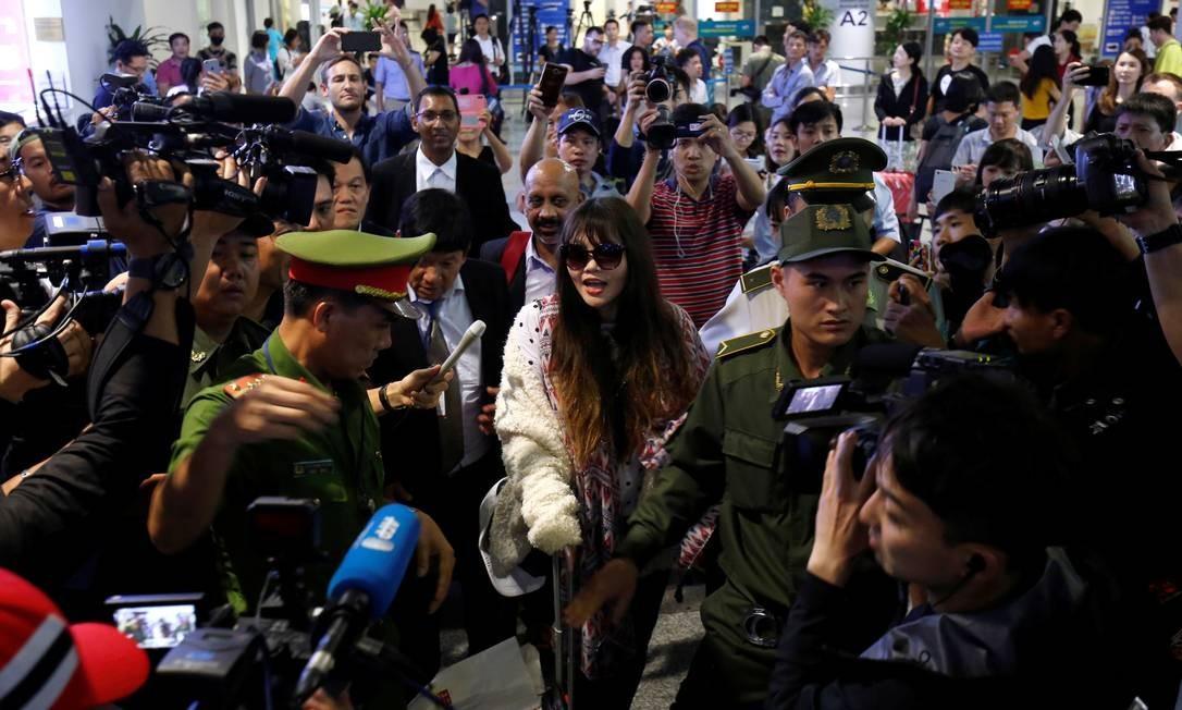 O vietnamita DoanÊThiÊHuong, que passou mais de dois anos em uma prisão malaia por supostamente matar Kim Jong Nam, o meio-irmão do líder da Coréia do Norte, chega ao aeroporto Noi Bai, em Hanói, Vietnã Foto: KHAM / REUTERS