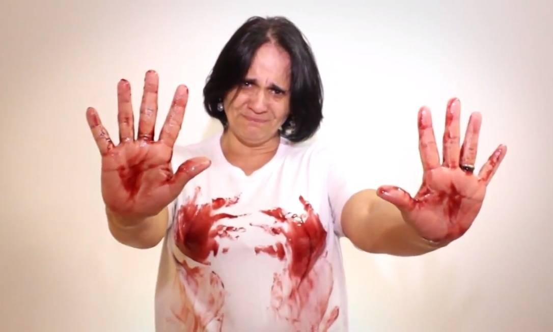 Damares aparece com as mãos sujas de tinta, imitando sangue em vídeo de 2013. Gravação era parte de uma campanha para que a então presidente, Dilma Rousseff, vetasse um projeto de lei, depois aprovado, que determinava o atendimento a vítimas de violência sexual pelo SUS Foto: Reprodução