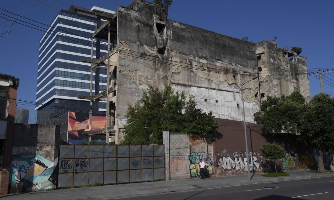 O déficit habitacional é de 220 mil moradias apenas na capital, segundo dados oficiais Foto: Alexandre Cassiano / Agência O Globo