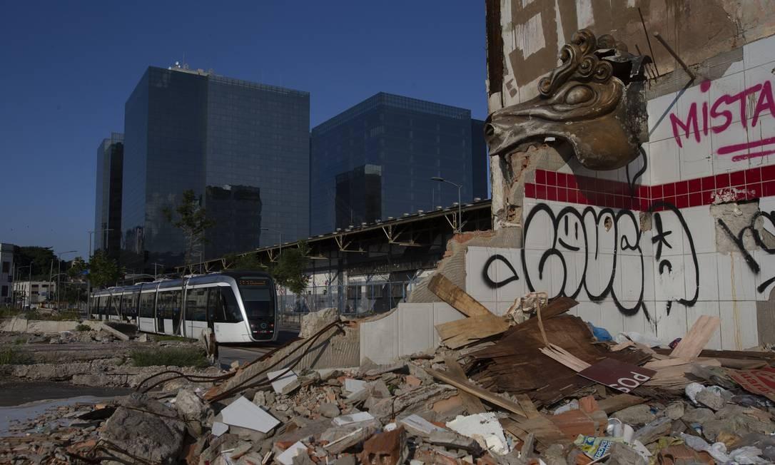 VLT passa perto de área abandonada no Porto Foto: Alexandre Cassiano / Agência O Globo