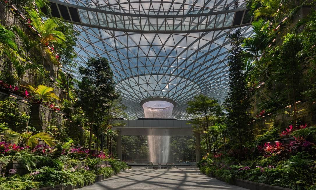 O Vale da Floresta e a cachoeira Rain Vortex dentro do complexo Jewel, no Aerporto de Changi Foto: CHANGI AIRPORT GROUP/NYT