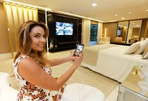 A arquiteta Cláudia Pimenta testa o novo sistema de automação instalado em uma residência na Barra da Tijuca Foto: Roberto Moreyra / Agência O Globo