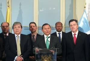 O chanceler do Peru, Nestor Popolizio, transmite a declaração final da reunião do Grupo de Lima nesta sexta, tendo a seu lado os chanceleres do Chile, Roberto Ampuero, e Colômbia, Holmes Trujillo: mudança de posição Foto: GUADALUPE PARDO/REUTERS