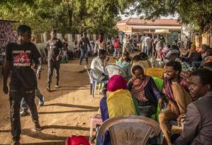 Pessoas socializando em um dos muitos cafés que se alinham nas ruelas perto do local da concentração na sede militar em Cartum, Sudão Foto: BRYAN DENTON / NYT