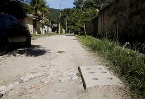 Incompatível: no Engenho do Mato, ruas esburacadas não condizem com valores cobrados no IPTU, dizem moradores Foto: Fábio Guimarães / Agência O Globo