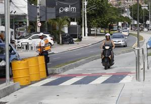 À vontade. Motociclista trafega no corredor exclusivo para ônibus BHLS próximo a um agente de trânsito: irregularidade se repete com pedestres e ciclistas Foto: Fábio Guimarães / Fotos de Fábio Guimarães