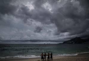 Tempo nublado na Praia de Ipanema: Salles cortou investimentos em projetos sobre mudanças climáticas Foto: Guito Moreto