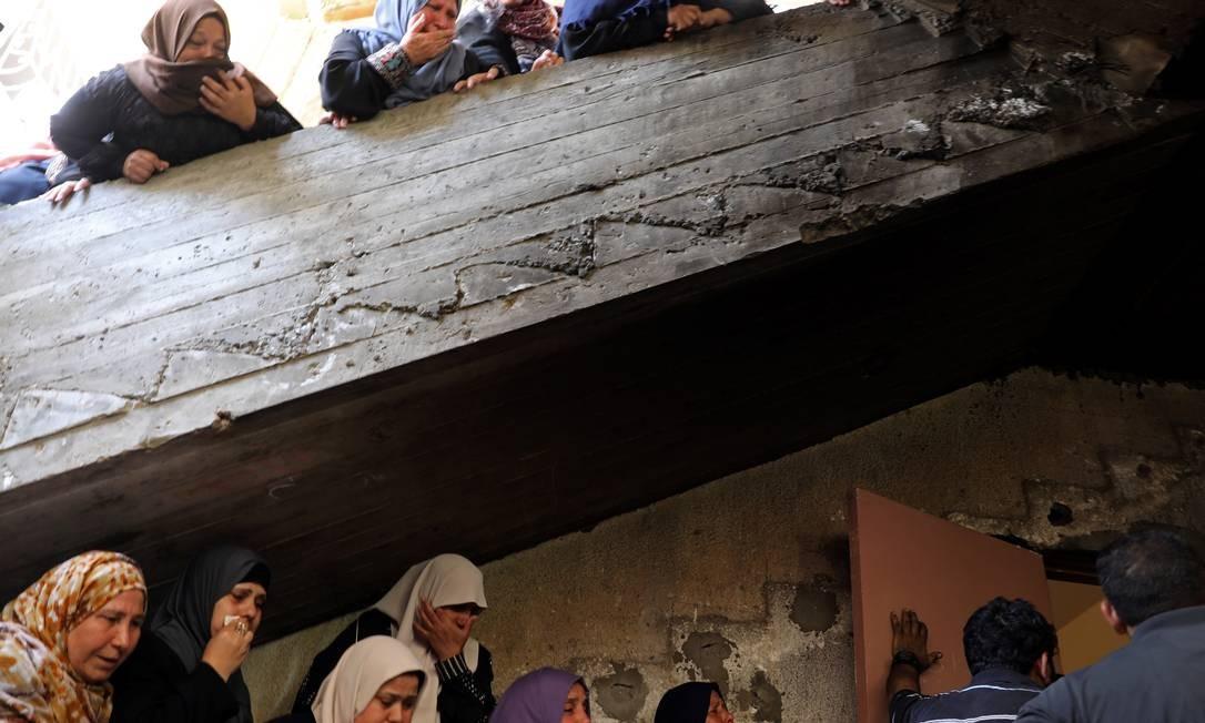 Parantes de Emad Naseer, morto por ataques israelenses na Faixa de Gaza, após lançamento de foguetes Foto: MOHAMMED SALEM / REUTERS