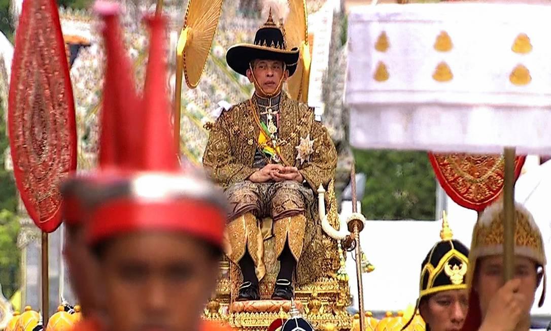 O rei Maha Vajiralongkorn é carregado durante coroação na Tailândia Foto: THAI TV POOL / AFP