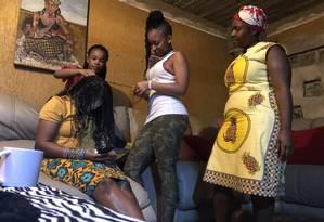 Luara Thabo, de 25 anos e suas irmãs trançam o cabelo na África do Sul: voto no partido de Mandela Foto: Vinicius Assis / Vinicius Assis