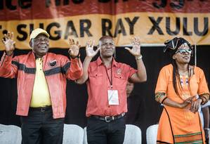 O presidente Cyril Ramaphosa (esquerda), participa de comício para marcar o Dia do Trabalhado Foto: RAJESH JANTILAL / AFP
