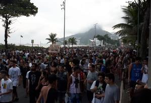 Centenas de pessoas participam da Marcha da Maconha, na orla de Ipanema Foto: Pedro Teixeira