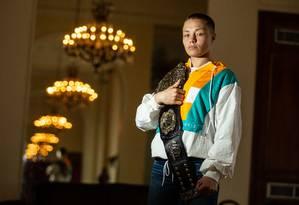 Rose Namajunas e o cinturão dos pesos-palha do UFC Foto: Brenno Carvalho / Agência O Globo