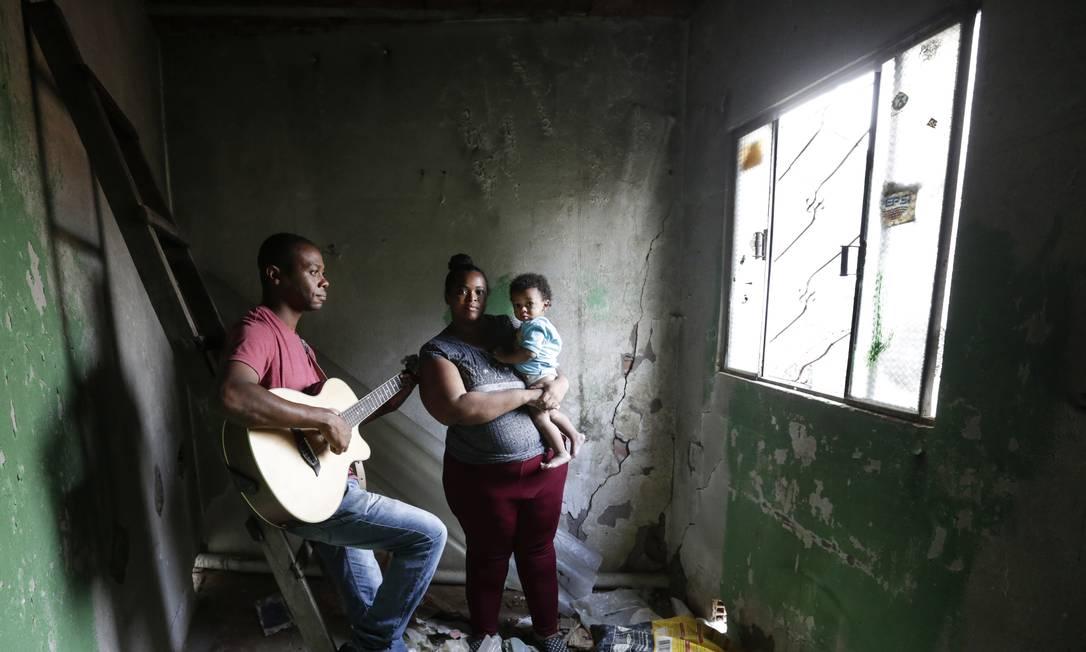 A família Carlos, de Mesquita (Baixada Fluminense), vendeu o que tinha em casa para que fosse possível fazer compras no supermercado Foto: / Marcos Ramos/Agência O Globo