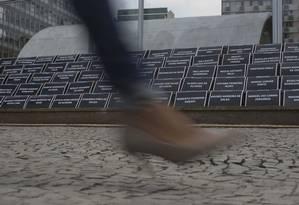 Movimento Articulação dos Atingidos e Atingidas pela Vale espalhou placas com o nome das vítimas de Brumadinho na escadaria que dá acesso ao prédio da empresa: acionistas registram reivindicações em ata da assembleia Foto: Márcia Foletto / Agência O Globo