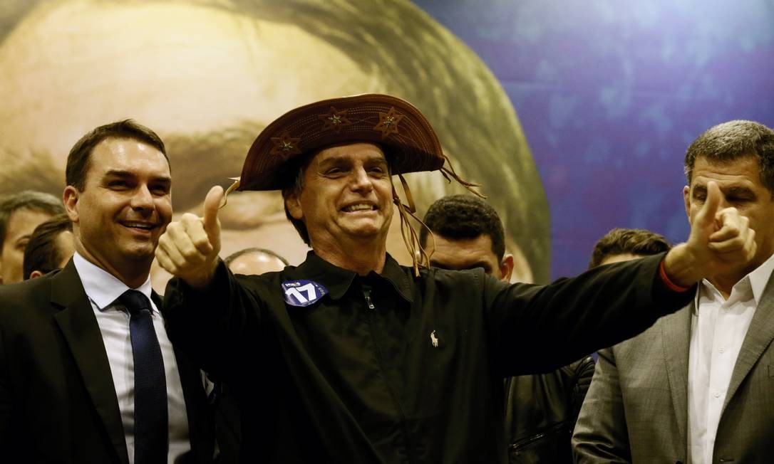 Durante a campanha pela Presidência da República, Bolsonaro posou com um chapéu típico do Nordeste: hoje, a região é a que registra o maior índice de reprovação a ele Foto: Marcelo Theobald / Agência O Globo