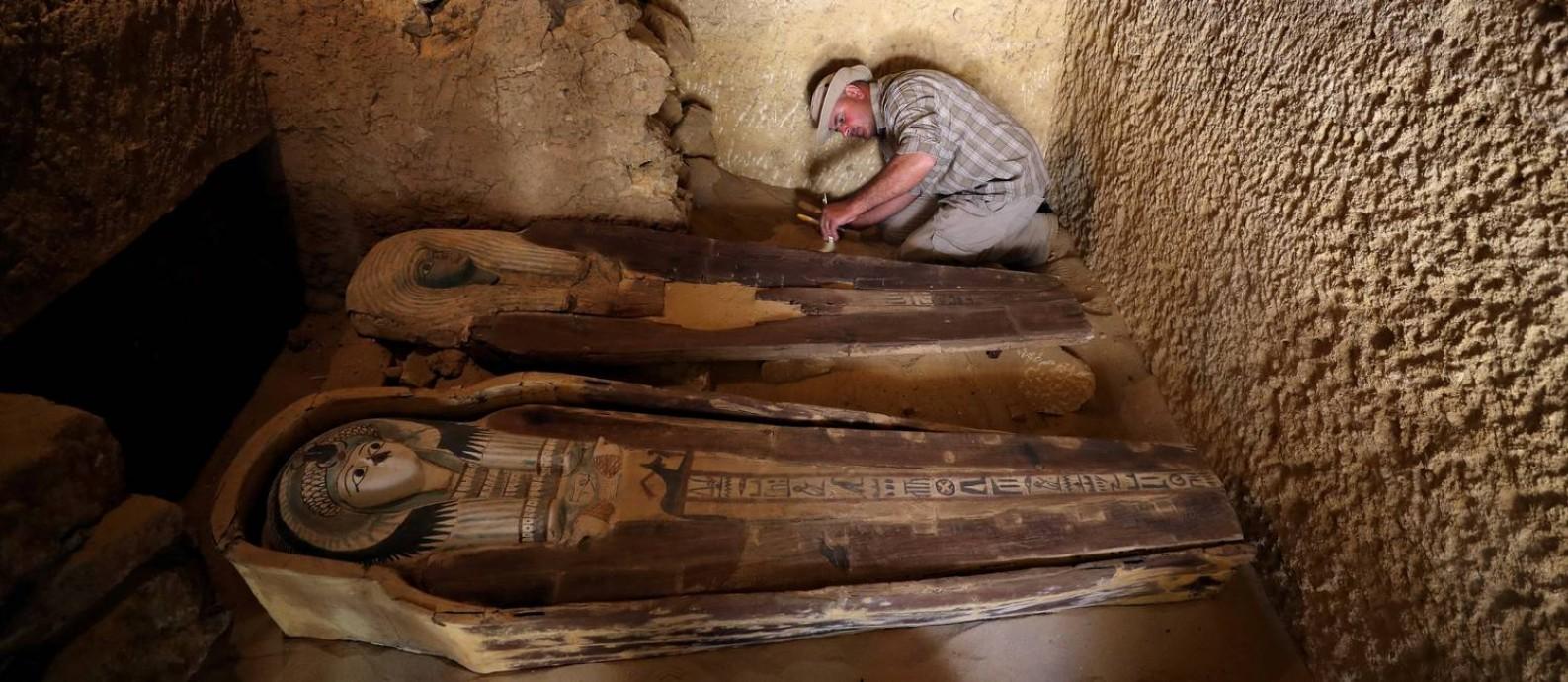Sarcófagos são analisados em tumba recém-descoberta perto de Pirâmides em Gizé, no Egito Foto: Mohamed Abd El Ghany 4-5-2019 / Reuters