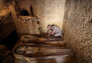 Sarcófagos são analisados em tumba recém-descoberta perto de Pirâmides em Giza, no Egito Foto: Mohamed Abd El Ghany 04-05-2019 / Reuters