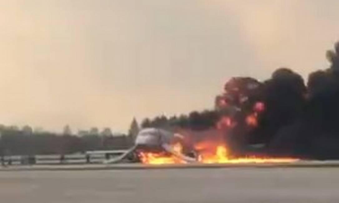 Resultado de imagem para Incêndio em avião deixa pelo menos treze mortos, dizem agências