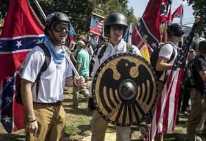 Nacionalistas brancos exibem símbolos medievais durante marcha em Charlottesville Foto: EDU BAYER 12-08-2017 / NYT