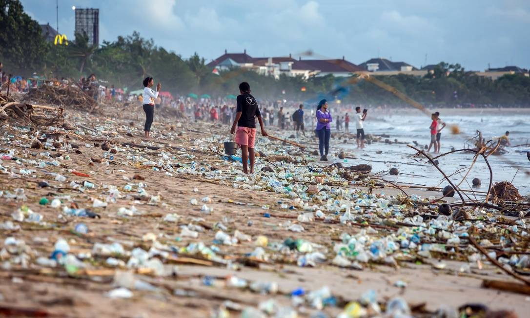 Poluição na praia de Kuta, em Bali, na Indonésia Foto: Divulgação/Maxim Blinkov/Shutterstock.com
