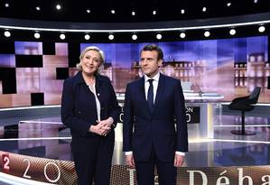 Em 2017, Marine Le Pen e Emmanuel Macron aparecem lado a lado antes de debate televisionado; à época, os dois competiam pela Presidência da França Foto: ERIC FEFERBERG / AFP