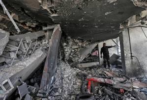 Palestina observa danos causados por bombardeio israelense a prédio de Gaza Foto: MAHMUD HAMS 06-05-2019 / AFP
