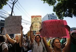Estudantes fazem um ato contra cortes no orçamento da Educação durante a visita de presidente Jair Bolsonaro ao Colégio Militar, na Tijuca, no Rio. Foto: Pablo Jacob / Pablo Jacob