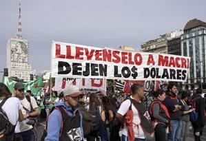 Argentinos fazem protesto contra política econômica do presidente Mauricio Macri na icônica Avenida 9 de Julho, no centro de Buenos Aires, no último dia 30 de abril: crise econômica vem se agravando no país Foto: JUAN MABROMATA/AFP/30-04-2019
