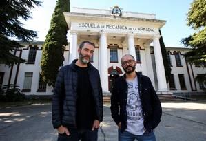 A dupla de criadores, Juan Carrá e Iñaki Echeverría, posa em frente ao cenário da história narrada na graphic novel Foto: AGUSTIN MARCARIAN / REUTERS