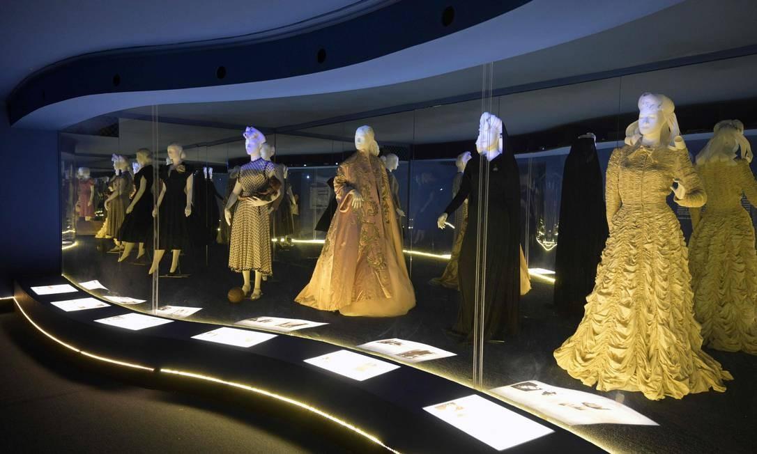 Vestidos que pertenciam à primeira-dama da Argentina Eva Perón (1919-1952) estão expostos no Museu Evita, em Buenos Aires. No dia 7 de maio comemora-se o centésimo aniversário de nascimento de Eva Duarte de Perón, conhecida como Evita. Foto: JUAN MABROMATA / AFP