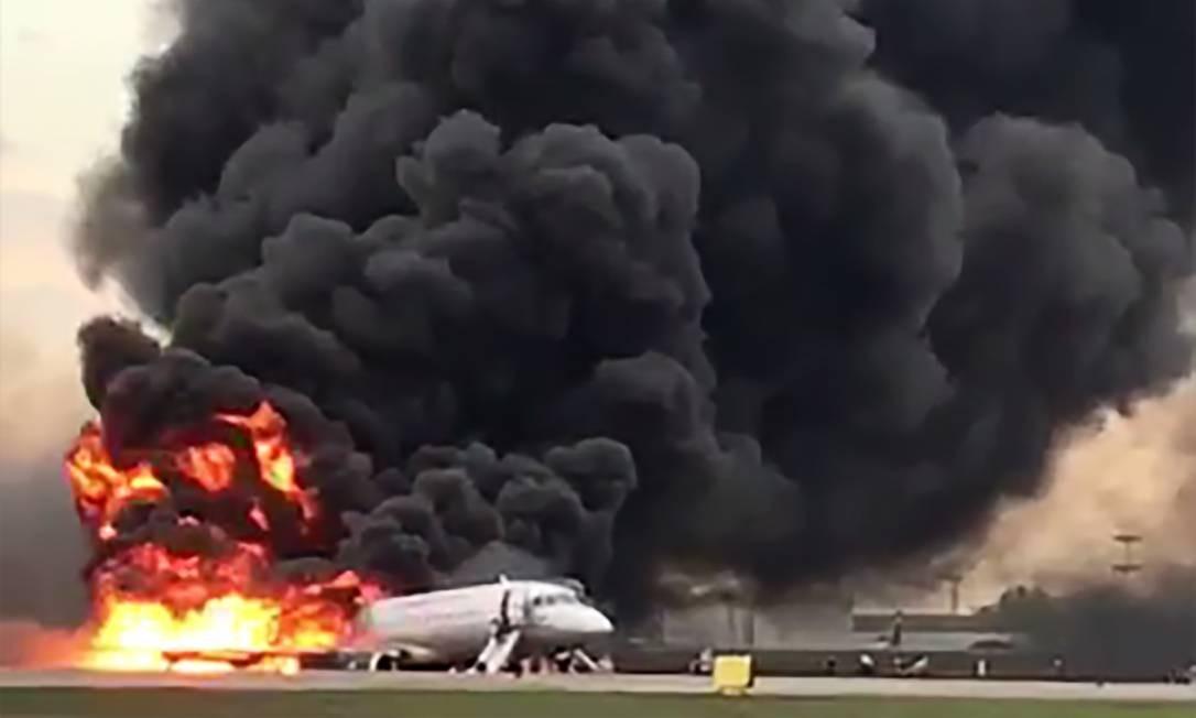 Um vídeo obtido da conta do Instagram de Gunkevitch em 5 de maio de 2019 mostra o incêndio de um Superjet-100 fabricado na Rússia no aeroporto de Sheremetyevo, nos arredores de Moscou. A agência Interfax informou que o avião tinha acabado de decolar do aeroporto de Sheremetyevo em uma rota doméstica quando a tripulação emitiu um sinal de socorro. Treze pessoas morreram, de acordo com agências russas. Foto: HO / AFP