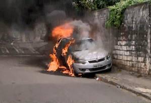 Carro foi incendiado, segundo testemunhas, por criminosos enquanto jornalistas cobriam prisão de suspeitos Foto: Reprodução/TV Gazeta