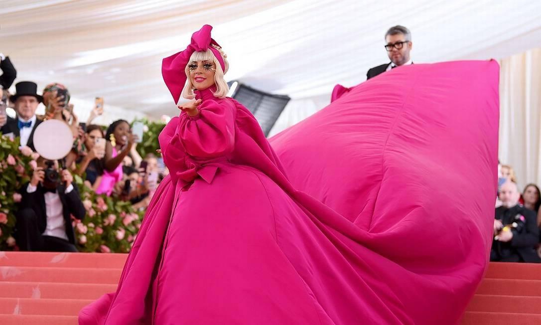 Lady Gaga escolheu um vestido de Brandon Maxwell para adentrar o Met Gala e visual boneca Foto: Jamie McCarthy/AFP