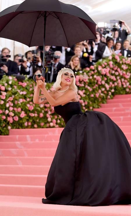 A cantora fez performance com direito a sombrinha na entrada do Met Gala: cilíos de boneca Foto: Jamie McCarthy/AFP