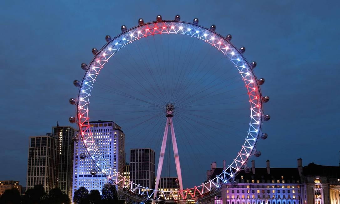 Até a London Eye ficou iluminada para celebrar o nascimento do mais novo bisneto da rainha Elizabet Foto: TOLGA AKMEN / AFP