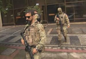Agentes da PF em frente a sede do PSL em Minas Gerais Foto: Reprodução/TV Globo