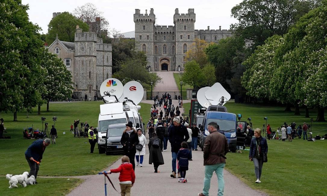 Imprensa, fãs e turistas se reúnem no Castelo de Windsor para o nascimento do bebê real, sétimo na linha de sucessão Foto: ADRIAN DENNIS / AFP