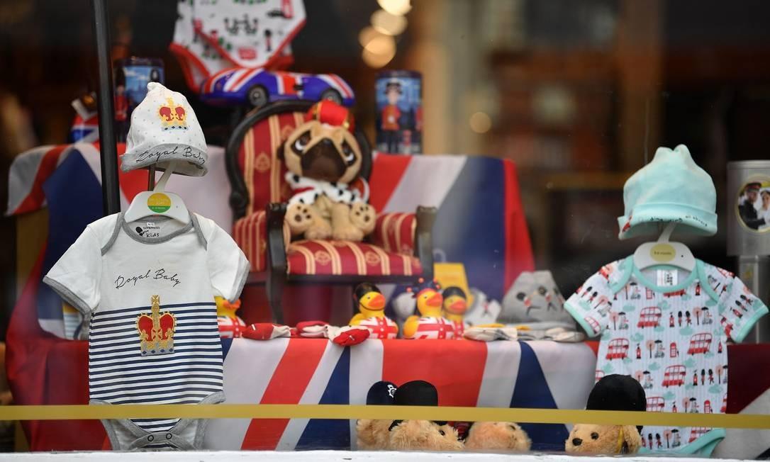 """Roupa estampada com a frase """"Bebê Real"""" nas lojas de suvenires em Londres Foto: BEN STANSALL / AFP"""