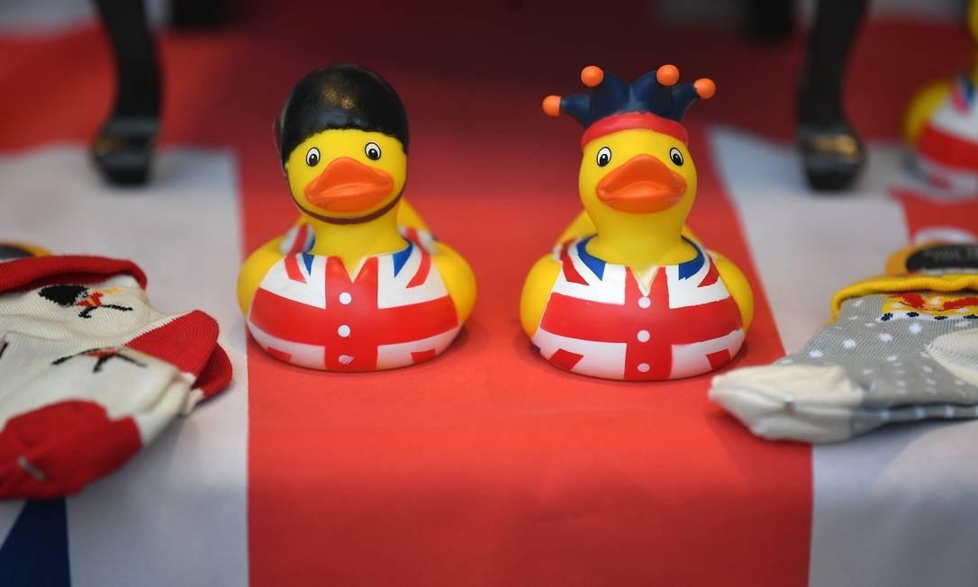 Suvenires infantis, com a bandeira da Inglaterra, celebram o nascimento do bebê real, filho do príncipe Harry e da americana Meghan Markle, duque e duquesa de Sussex Foto: BEN STANSALL / AFP