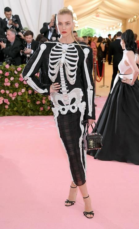A top Carol Trentini usou macacão com desenho de esqueleto Foto: Neilson Barnard/AFP
