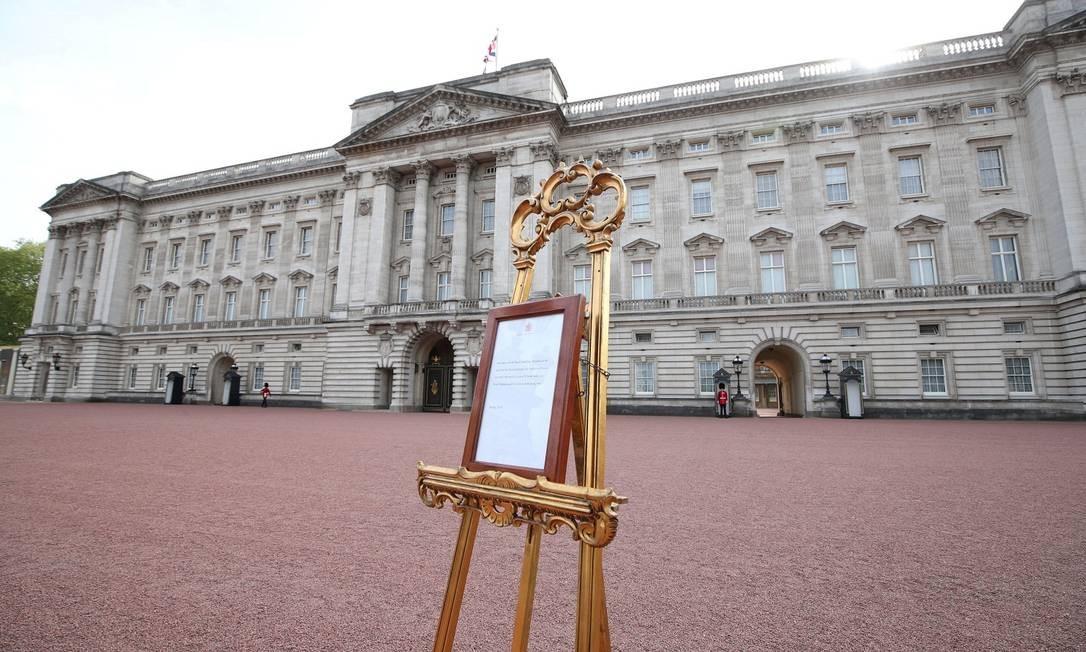 Tradicional aviso de nascimento é colocado em frente ao Palácio de Buckingham, com as informações sobre o bebê real Foto: POOL / REUTERS