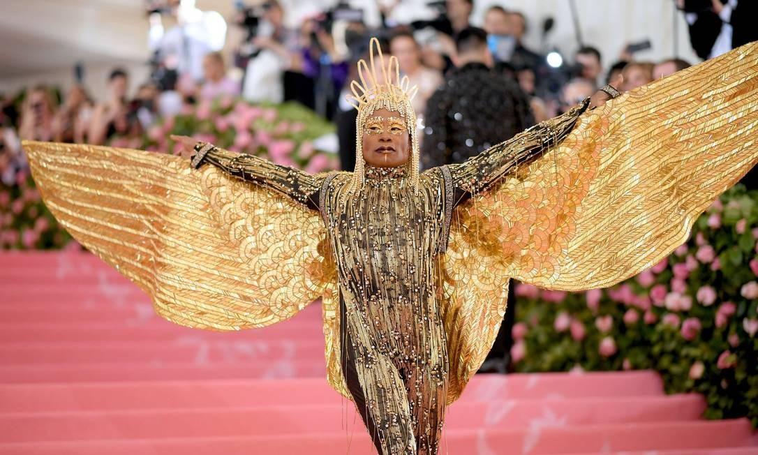 Billy Porter usou macacão dourado de franjas e abriu as asas Foto: Neilson Barnard/AFP