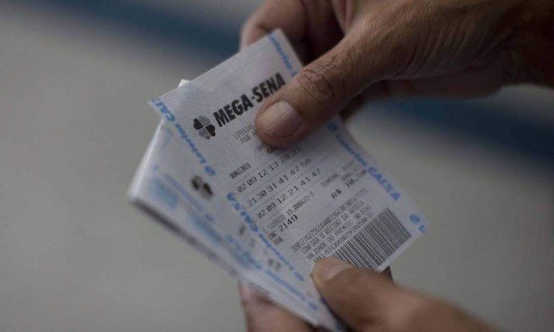 Mega-Sena acumulada leva muitos apostadores às casas lotéricas Foto: Márcia Foletto