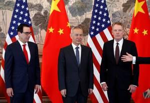 No centro, Liu He, vice-primeiro-ministro da China. Na esquerda, Steven Mnuchin, secretário do tesouro americano. Na outra ponta, Robert Lighthizer, representante comercial dos EUA Foto: Andy Wong / Reuters
